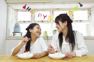 誕生日を祝う母娘の写真素材 [FYI04268227]
