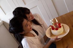 誕生日を祝う母娘の写真素材 [FYI04268231]