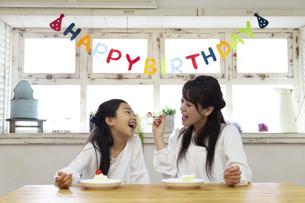 誕生日を祝う母娘の写真素材 [FYI04268234]