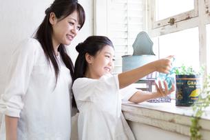 水やりをする母娘の写真素材 [FYI04268244]