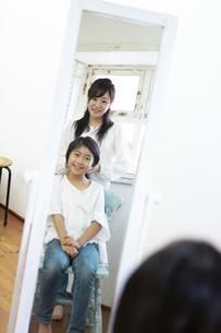 娘の髪を結う母の写真素材 [FYI04268290]