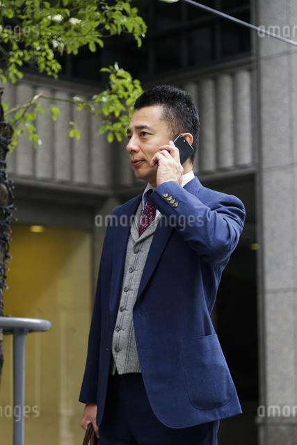 街を歩くビジネスマンの写真素材 [FYI04268321]