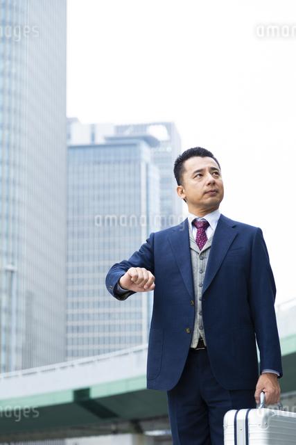 ジュラルミンケースを持つビジネスマンの写真素材 [FYI04268392]