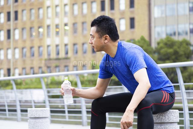 水を持つ男性の写真素材 [FYI04268535]
