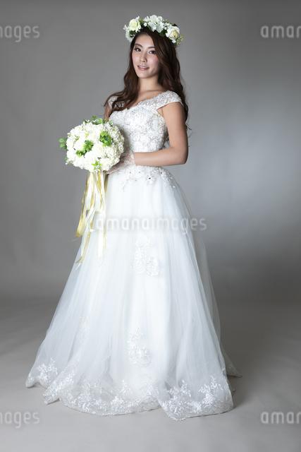 ウェディングドレスを着た女性の写真素材 [FYI04268660]