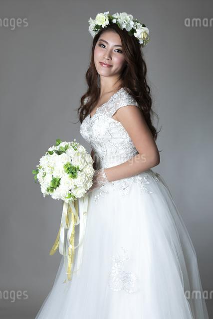 ウェディングドレスを着た女性の写真素材 [FYI04268661]