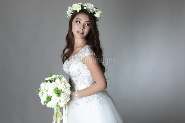 ウェディングドレスを着た女性の写真素材 [FYI04268662]