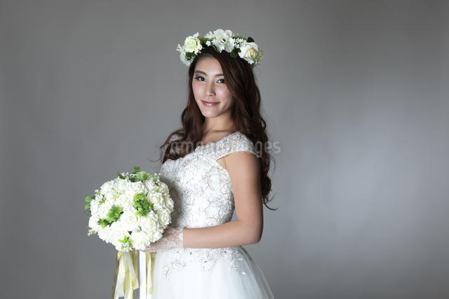 ウェディングドレスを着た女性の写真素材 [FYI04268663]