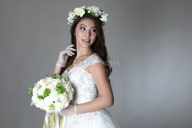 ウェディングドレスを着た女性の写真素材 [FYI04268667]