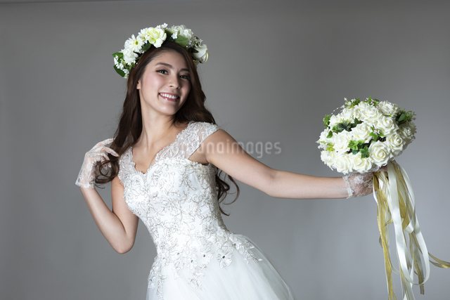 ウェディングドレスを着た女性の写真素材 [FYI04268670]