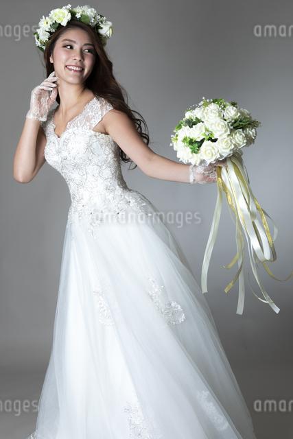ウェディングドレスを着た女性の写真素材 [FYI04268671]