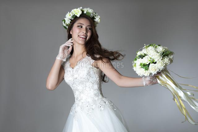 ウェディングドレスを着た女性の写真素材 [FYI04268672]