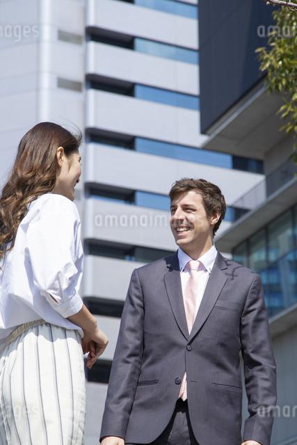 会話をするビジネスマンとビジネスウーマンの写真素材 [FYI04268757]