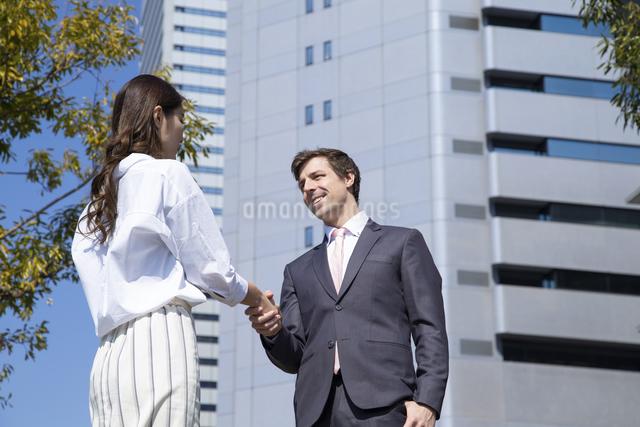 握手をするビジネスマンとビジネスウーマンの写真素材 [FYI04268808]