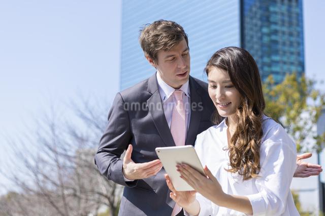 タブレットを見るビジネスマンの写真素材 [FYI04268814]