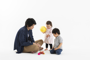 おもちゃで遊ぶ子供と父親の写真素材 [FYI04268867]