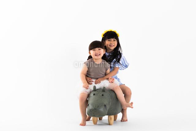 カバにまたがる女の子の写真素材 [FYI04269045]