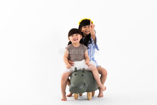 カバにまたがる女の子の写真素材 [FYI04269047]