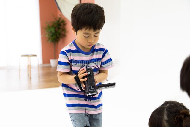 ビデオカメラをまわす男の子の写真素材 [FYI04269182]