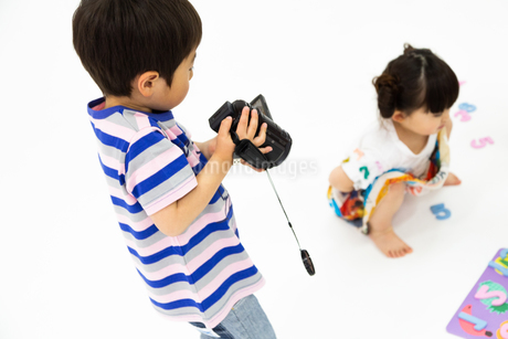 ビデオカメラをまわす男の子の写真素材 [FYI04269185]