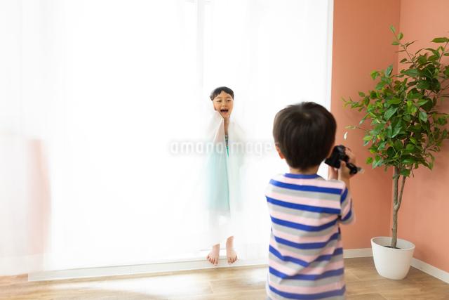 ビデオカメラをまわす男の子とモデルになる女の子の写真素材 [FYI04269193]