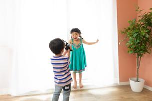 ビデオカメラをまわす男の子とモデルになる女の子の写真素材 [FYI04269194]