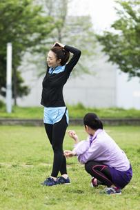 準備運動する女性二人組の写真素材 [FYI04269270]