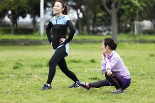 準備運動する女性二人組の写真素材 [FYI04269271]