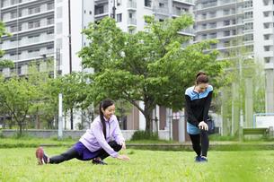 準備運動する女性二人組の写真素材 [FYI04269276]