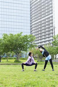 準備運動する女性二人組の写真素材 [FYI04269279]