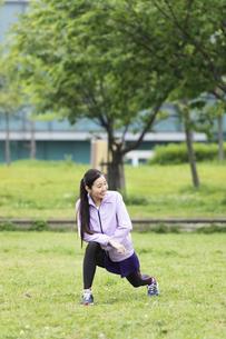 準備運動する女性の写真素材 [FYI04269280]