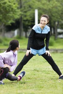 準備運動する女性二人組の写真素材 [FYI04269284]