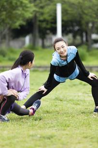 準備運動する女性二人組の写真素材 [FYI04269285]