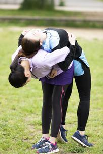 背中のストレッチをする女性二人組の写真素材 [FYI04269287]