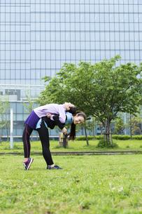 背中のストレッチをする女性二人組の写真素材 [FYI04269289]
