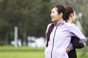 背中のストレッチをする女性二人組の写真素材 [FYI04269291]
