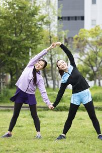 背中のストレッチをする女性二人組の写真素材 [FYI04269296]