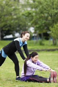 ストレッチをする女性2人の写真素材 [FYI04269304]