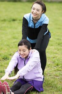 ストレッチをする女性2人の写真素材 [FYI04269307]