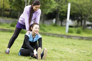 ストレッチをする女性2人の写真素材 [FYI04269310]