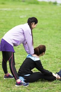 ストレッチをする女性2人の写真素材 [FYI04269313]