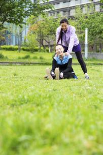 ストレッチをする女性2人の写真素材 [FYI04269316]