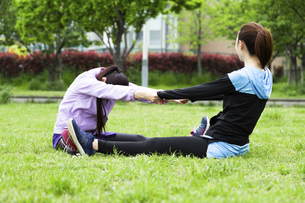 ストレッチをする女性2人の写真素材 [FYI04269322]