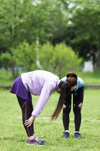 馬跳びをする女性2人の写真素材 [FYI04269328]