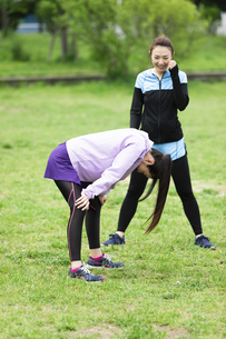 馬跳びをする女性2人の写真素材 [FYI04269333]