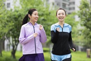 ジョギングする女性2人の写真素材 [FYI04269338]