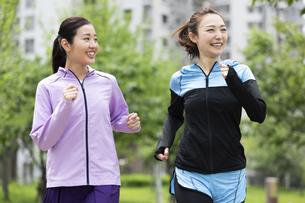 ジョギングする女性2人の写真素材 [FYI04269340]