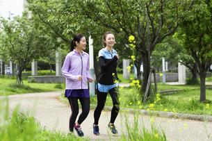 ジョギングする女性2人の写真素材 [FYI04269341]