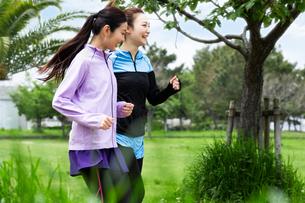 ジョギングする女性2人の写真素材 [FYI04269342]