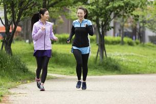 ジョギングする女性2人の写真素材 [FYI04269344]